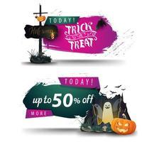 vente d'halloween, deux bannières Web à prix réduit pour votre entreprise avec une vieille enseigne en bois, un portail avec des fantômes et une citrouille jack vecteur
