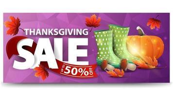 vente de Thanksgiving, jusqu'à 50 de réduction, bannière web horizontale violette avec texture polygonale, bottes en caoutchouc, citrouille, champignons et feuille d'automne. vecteur