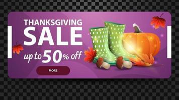 vente d'action de grâces, jusqu'à 50 de réduction, bannière web horizontale violette avec bottes en caoutchouc, citrouille, champignons et feuille d'automne. coupon de réduction isolé sur fond noir pour vos arts vecteur