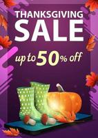 vente d'action de grâces, jusqu'à 50 de réduction, bannière web de remise verticale violette avec smartphone, bottes en caoutchouc, citrouille, champignons et feuille d'automne vecteur