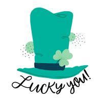 Joli chapeau vert irlandais avec trèfle et lettrage sur la chance vecteur