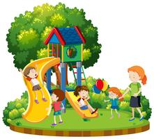 Mère et enfants au terrain de jeux