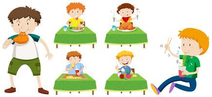 Garçons mangeant des aliments différents sur des tables vecteur