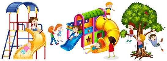 Enfants jouant sur des toboggans