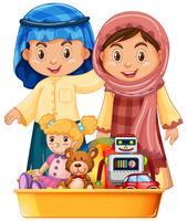 Enfants musulmans et jouets dans le plateau