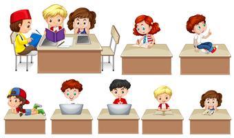 Enfants travaillant sur la table