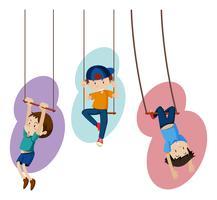 Trois enfants sur des balançoires