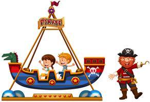 Des enfants à cheval sur un tour de pirate avec un pirate