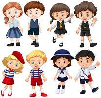 Garçons et filles en costumes mignons