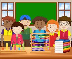 Enfants avec un visage heureux en classe