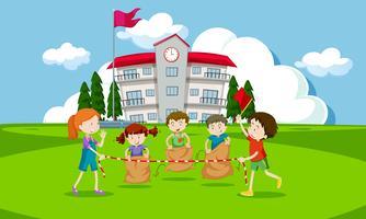 Jeunes enfants ayant une course de sacs de pommes de terre vecteur
