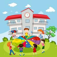 Enfants jouant au ballon à l'école vecteur