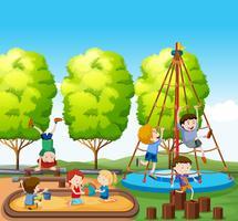 Enfants jouant sur une aire de jeux