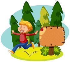 Un homme heureux et panneau en bois