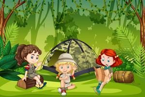 Girl scouts campant en plein air