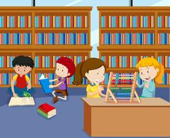Enfants faisant des activités dans la bibliothèque vecteur