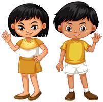 Garçon et fille en agitant les mains