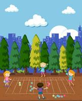 Les enfants jouent au jeu de maths au parc