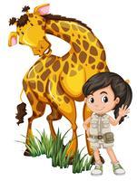 Une fille safari avec girafe