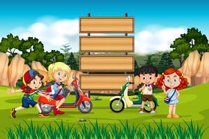 Enfants internationaux sur une planche de bois