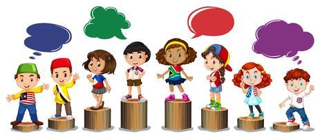 Enfants internationaux debout sur un journal