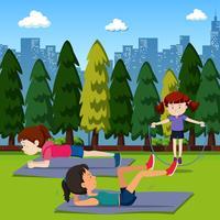Les gens exercent dans le parc