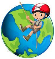 Une corde de garçon grimper sur terre