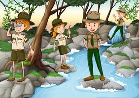 Gardes forestiers travaillant dans la forêt