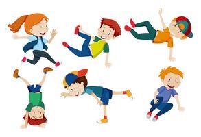 Les enfants font différentes positions de danse vecteur