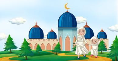 Famille heureuse en face de la mosquée