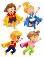 Super-héros enfants jouent le rôle sur fond blanc