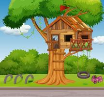 Vieille cabane dans les arbres et balançoire dans le parc