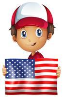 Heureux garçon tenant le drapeau de l'Amérique