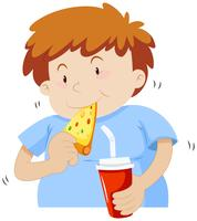 Gros garçon en train de manger une pizza