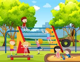Enfants jouant au terrain de jeu vecteur