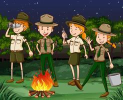 Gardes forestiers travaillant la nuit