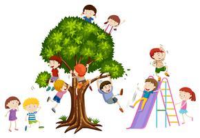 Enfants jouant sur un arbre et un toboggan vecteur