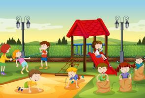 Enfants jouant dans l'aire de jeu