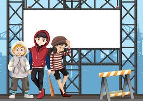 Groupe d'adolescents sur panneau d'affichage urbain