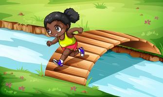 Une fille noire traversant le pont de bois