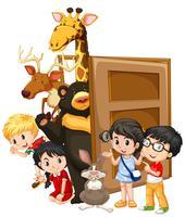 Les enfants et les animaux sauvages derrière la porte vecteur