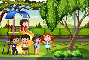 Enfants jouant sur le terrain de jeu