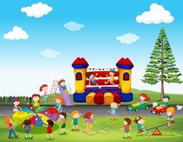 Enfants jouant au jeu dans le parc vecteur