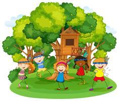 Enfants jouant aux indiens rouges dans le jardin