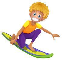 Homme heureux sur la planche de surf