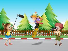 Équipe de tournage filmant fille skateboard dans le parc vecteur