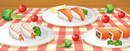 Sushi sur assiette à la table