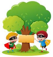 Deux héros de garçon dans le parc