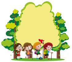 Modèle de frontière avec les enfants, randonnée dans les bois