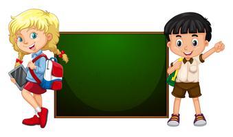 Garçon et fille debout près du plateau